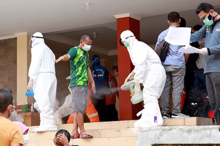 Pekerja Migran Indonesia menjalani penyemprotan disinfektan
