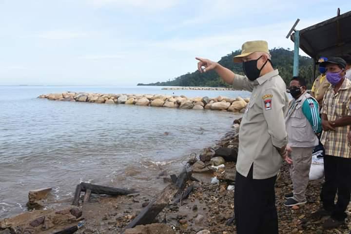 Wali Kota Padang, Mahyeldi Ansharullah saat meninjau dampak abrasi di Sungai Pisang (ist)