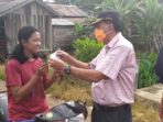 Kepala BPBD Muaro Jambi, M.Zakir membagikan masker gratis di Pasar Kedemangan (Jambipers.com/Aden Hasan Efendy)