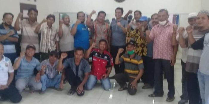 para tokoh masyarakat sridadi berfoto bersama dengan M.Fadhil Arief