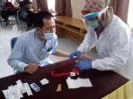 Komisioner KPU Muaro Jambi saat menjalani pemeriksaan rapid test.(ist)