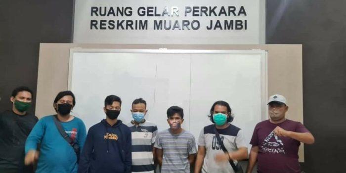 Tim Rajawali Satreskrim Polres Muaro Jambi bersama dua tersangka yang ditangkap