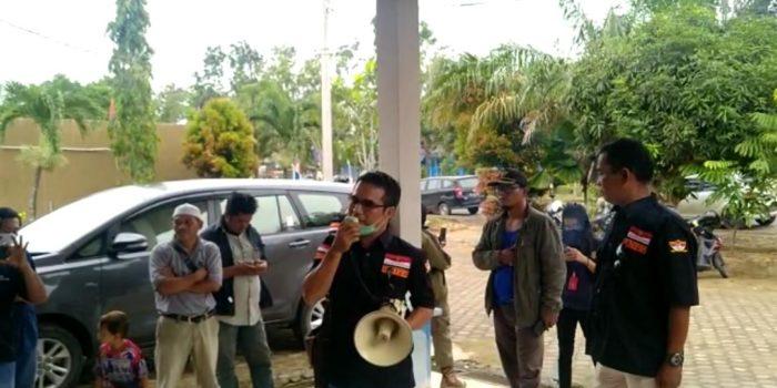 Massa LMPP berunjuk rasa di Kantor PMD Muaro Jambi.(Jambipers.com/Foto:Raden Hasan Efendy)
