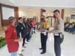 Kasat Lantas Polres Muaro Jambi Iptu M.Firdaus menyerahkan bansos program keselamatan
