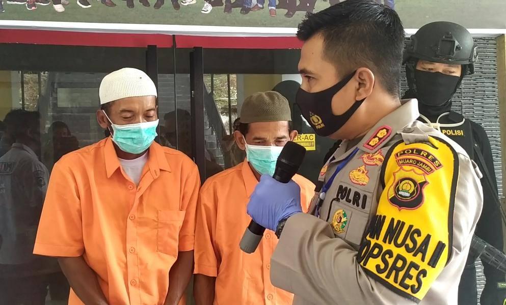 Kapolres Muaro Jambi AKBP Ardiyanto, Sik saat memberikan keterangan pers penangkapan dua tersangka karhutla.(Foto:Raden Hasan Efendi)