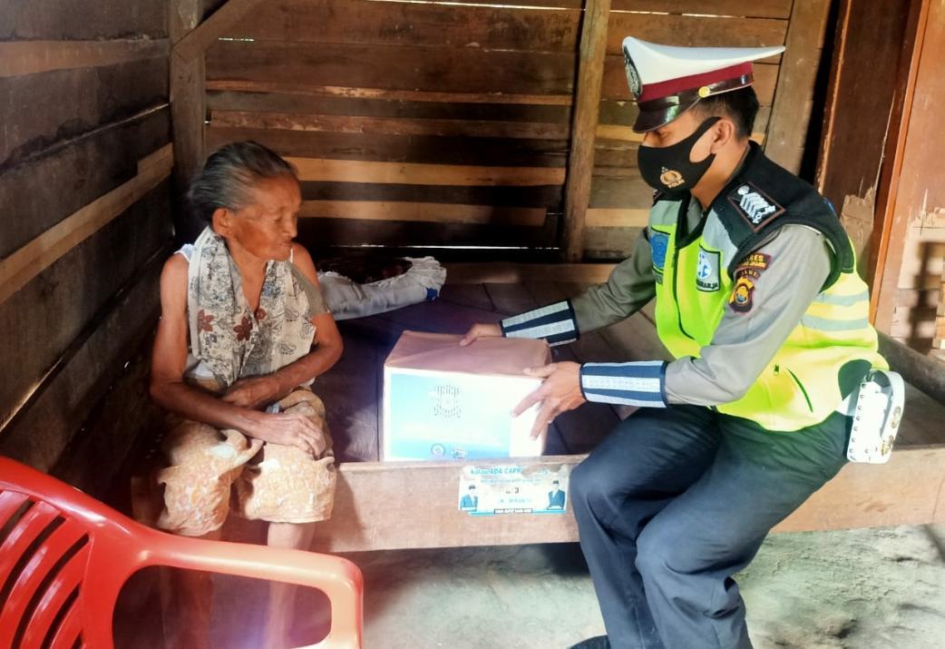 Anggota Satlantas Polres Muaro Jambi salurkan bantuan pada peringatan Hari Lalu Lintas Bhayangkara ke-65.(foto:Raden Hasan Efendi)