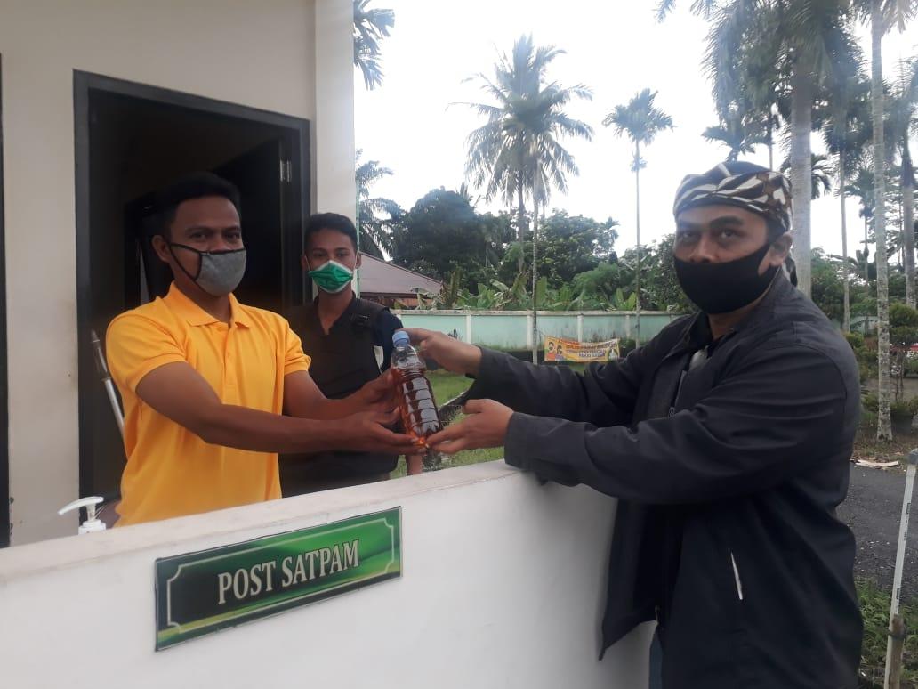 Direktur Media dan Publikasi Haris-Sani, Musri Nauli SH saat menyerahkan ramuan daun sungkai