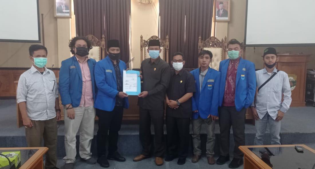 Pengurus PMII Provinsi Jambi berfoto bersama dengan anggota DPRD Muaro Jambi.