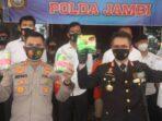 Kapolda Jambi, Irjen Pol Firman Shantyabudi didampingi Kapolres Muaro Jambi AKBP Ardiyanto, Sik saat memberikan keterangan pers di Polda Jambi.