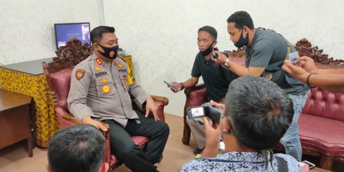 Kapolres Tanjung Jabung Timur, AKBP Deden Nurhidayatullah saat ditanyai awak media.