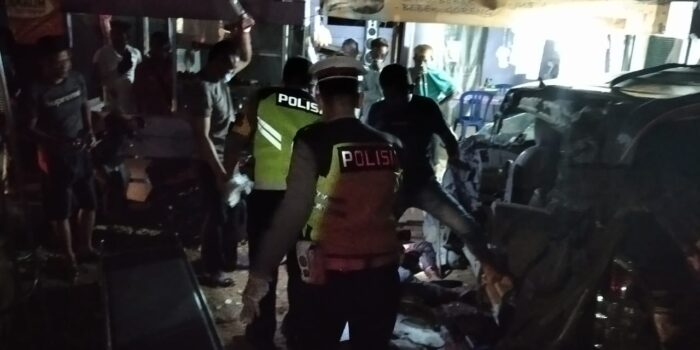 Laka maut antara Innova vs Fuso di Jalan Lintas Tanjab Timur