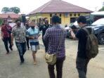 Tersangka BD saat digiring anggota menuju sel Mapolres Tanjab Timur.(Foto:Kms)