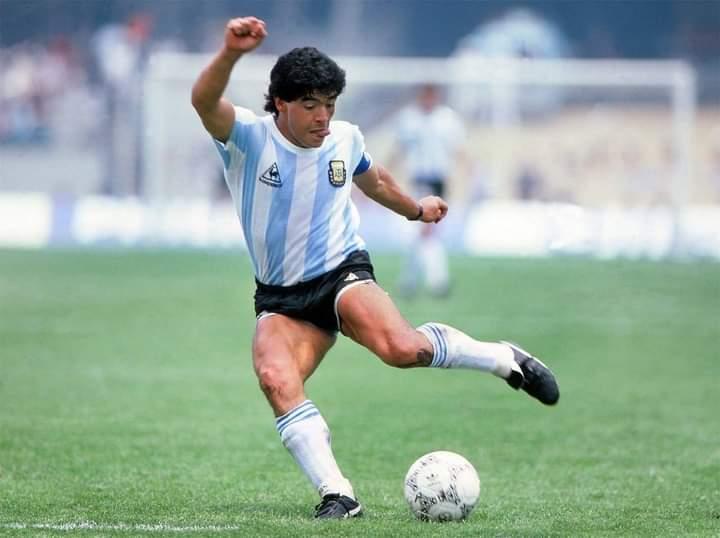 Legenda sepakbola Argentina Diego Maradona ketika bermain di Timnas Argentina.