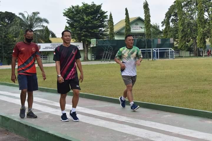 Prajurit dan PNS Korem 042/Gapu saat melaksanakan olahraga di sekitar Makorem Jambi.