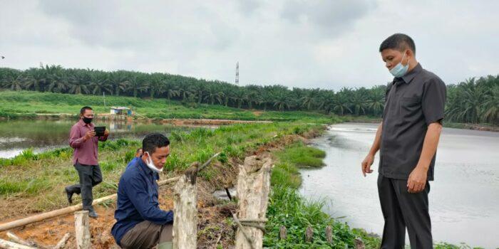 Komisi III dan DLH Muaro Jambi saat meninjau kolam limbah PT.BBS.(Foto:Raden Hasan Efendi/Jambipers.com)