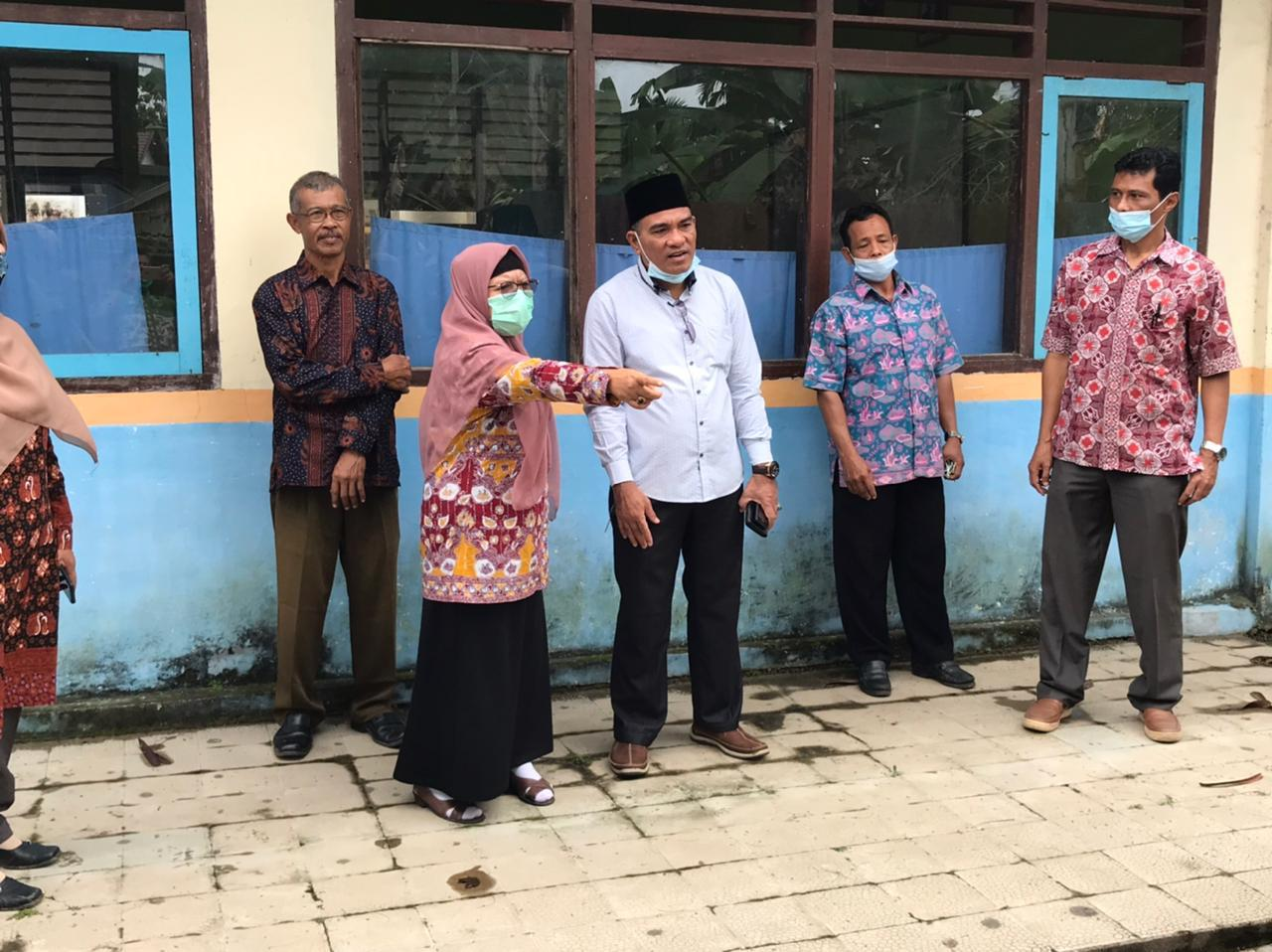 anggota DPRD Muaro Jambi, Zulkifli I saat meninjau sarana dan prasarana SMPN 1 Muaro Jambi.