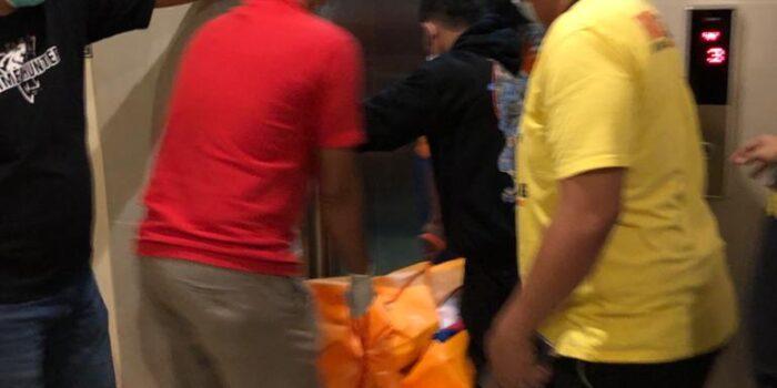 proses evakuasi korban HL yang tewas di kamar hotel pundi rezeki 3.