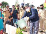 Bupati Tanjung Jabung Barat Drs. H. Anwar Sadat saat melakukan penanaman bibit pohon.