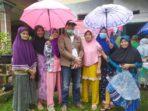 Anggota DPRD Muaro Jambi Zulkifli berfoto bersama dengan warga Muhajirin.(Foto:Raden Hasan Efendi).