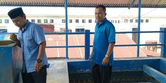 Dirut PDAM Tirta Muaro Jambi, Budi Mulia saat melakukan pengecekan bak pengolahan air.