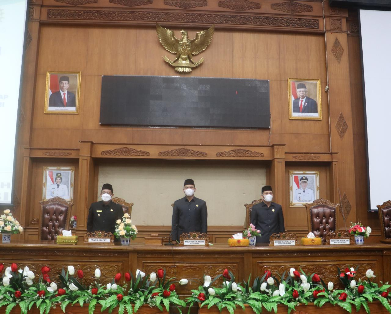 Ketua DPRD Muaro Jambi bersama wakil ketua saat paripurna.