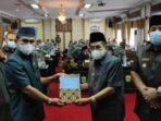 serah terima draft Ranperda Pertanggungjawaban APBD 2020 dari Wako kepada Ketua DPRD Sungai Penuh