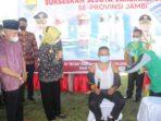 Pj Gubernur Jambi saat memantau pelaksanaan vaksinasi serentak secara massal di Kecamatan Kayu Aro.
