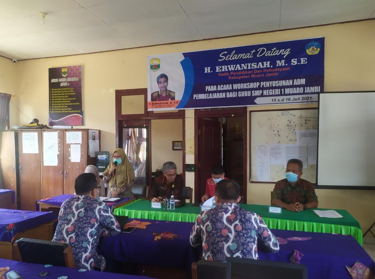 Kegiatan workshop (lokakarya) penyusunan administrasi pembelajaran bagi guru dalam lingkup SMPN 1 Muaro Jambi.(Foto:Raden Hasan Efendi/Jambipers.com).