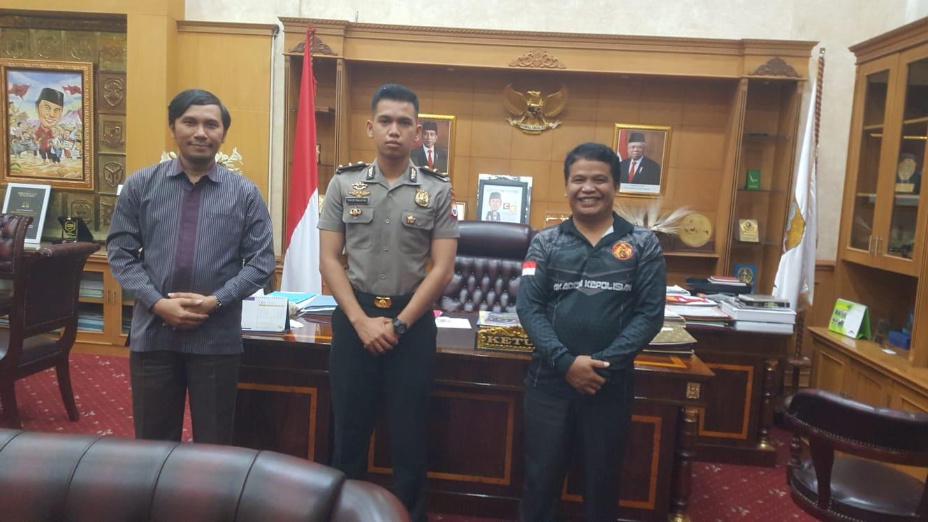 Ketua DPRD Provinsi Jambi saat bertemu dengan salah satu putra Jambi lulusan Akpol 2021.