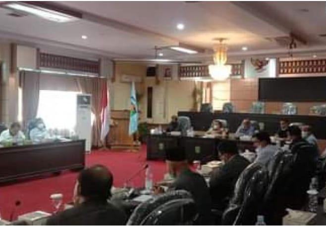 Rapat pertemuan DPRD Sungai Penuh dengan Tim Satgas Covid-19.
