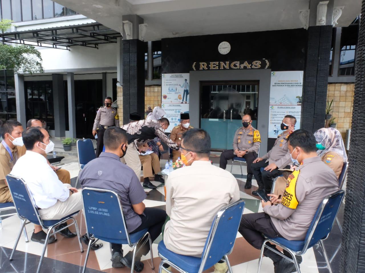 Polda Jambi saat melakukan mediasi terhadap keluhan masyarakat di Kantor Camat Telanaipura, Kota Jambi.