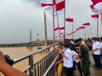 kegiatan pengibaran seribu bendera di Jembatan Pedestrian Gentala Arasy
