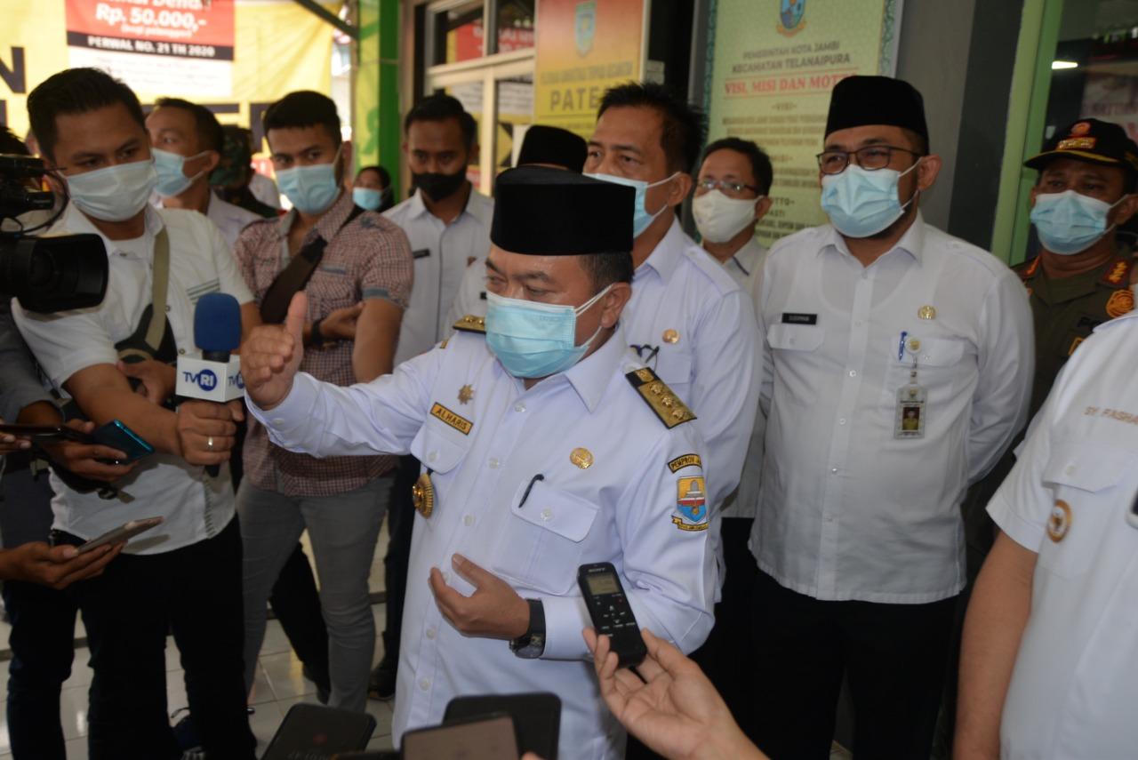 Gubernur Jambi Dr.H.Al Haris,S.Sos.,M.H, saat menyerahkan secara simbolis bantuan 30 ribu Paket Sembako kepada Wali Kota Jambi H.Syarif Fasha.