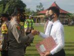 Kapolres Muaro Jambi AKBP Yuyan Priatmaja S.I.K, M.H. memberikan penghargaan terhadap 17 Personel Polres Muaro Jambi.