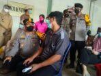 Kapolres Muaro Jambi AKBP Yuyan Priatmaja, S.I.K., M.H saat memantau pelaksanaan vaksinasi merdeka terhadap buruh di Kecamatan Kumpeh Ulu.(Foto:Raden Hasan Efendi/Jambipers.com).