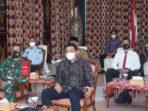 Bupati Batanghari, Muhammad Fadhil Arief, saat mengikuti peringatan HANI melalui video conference (Vidcon) dari Ruang Kaca Pendopo Rumah Dinas Bupati Batanghari.