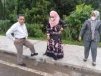 Ketua Komisi III DPRD Muaro Jambi Usman Halik bersama anggota DPRD Muaro Jambi saat meninjau proyek trotoar Kantor Bupati Muaro Jambi.