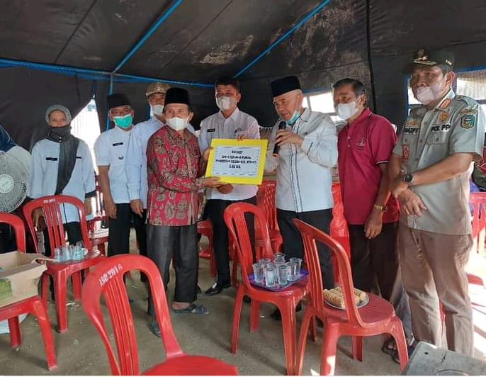 Bupati Kerinci, Adirozal menyerahkan bantuan kepada korban kebakaran di Koto Rendah dan Kemantan.