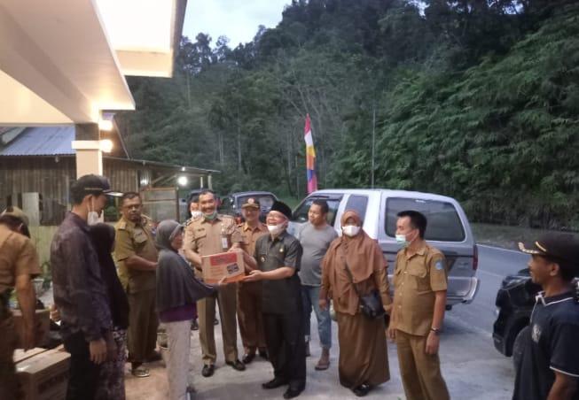 Wabup dan Pj Sekda Kerinci salurkan bantuan terhadap korban bencana longsor di Muara Emat.