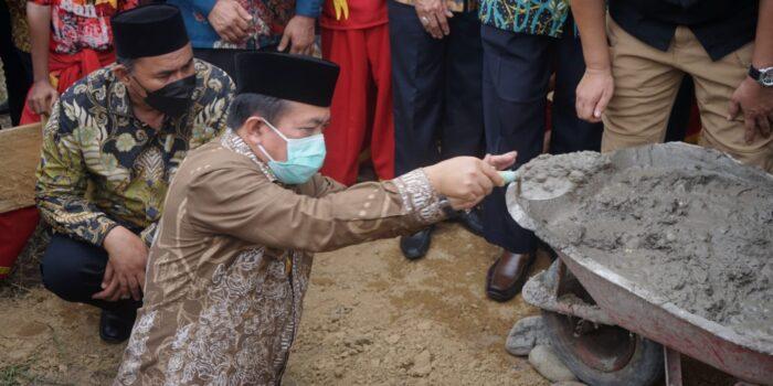 Gubernur Jambi, Al Haris saat meresmikan pendirian Kampus Institut Teknologi dan Bisnis Muhammadiyah Sarolangun (ITB-MS), di Kecamatan Singkut.