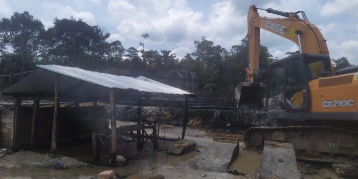 Kegiatan pembongkaran bangunan tempat aktivitas penyulingan minyak ilegal di Kelurahan Pijoan.(Foto:Raden Hasan Efendi/Jambipers.com).