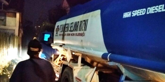 Proses pengangkutan barang bukti minyak ilegal hasil razia dari salah satu gudang di RT 31 Lingkar Barat 1, Kenali Asam Bawah.